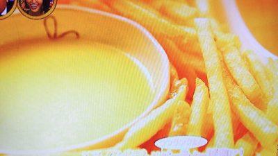 フライドポテトのチーズマスタードソース添え